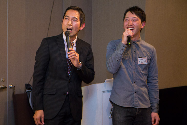 『熱き心に』を歌う浅田監督に渡邉歩もマイクを持ってデュエット