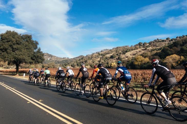 晴れ渡ったカリフォルニアの青空でC5のグループライドを行った: Photo: Jered Gruber