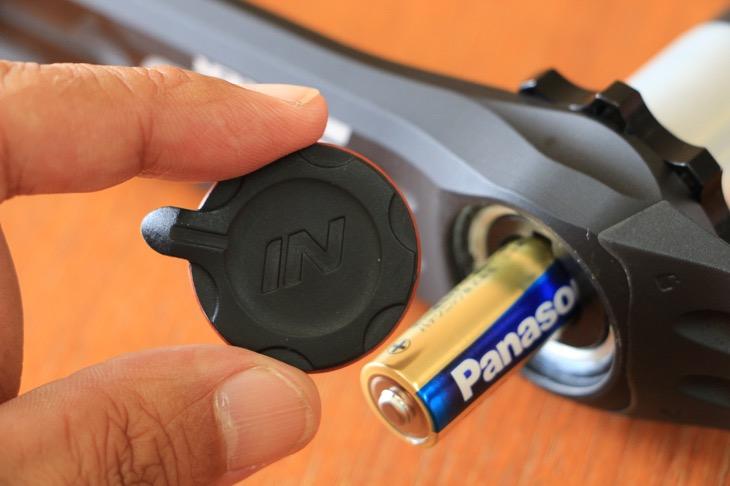 左クランクの防水キャップ内に内蔵される単三電池