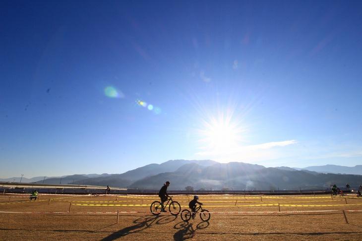 朝陽の差す道の駅富士川前の緑地を舞台に開催されたシクロクロス富士川