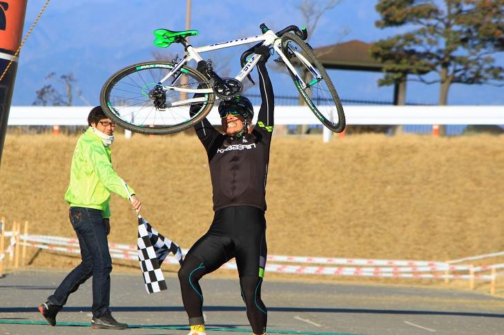 エンデューロで優勝したチーム「コバリンがスネル」の中村良平が喜びを爆発させる
