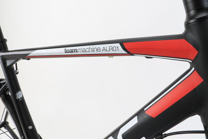 BMCレーシングが使うSLR01を思わせる精悍なカラーリング