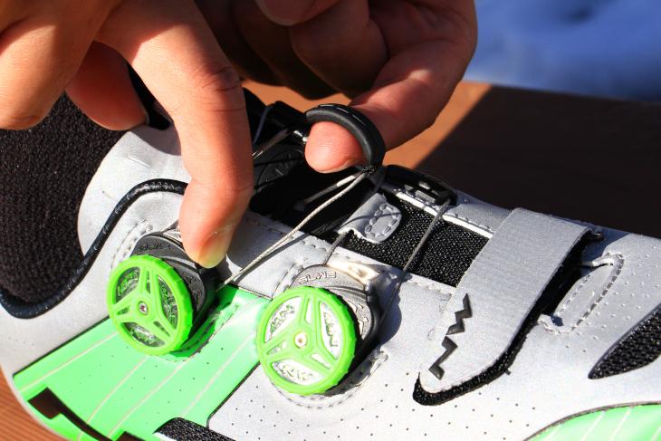 固定力を緩めるには、上部のシルバーのボタンを操作する