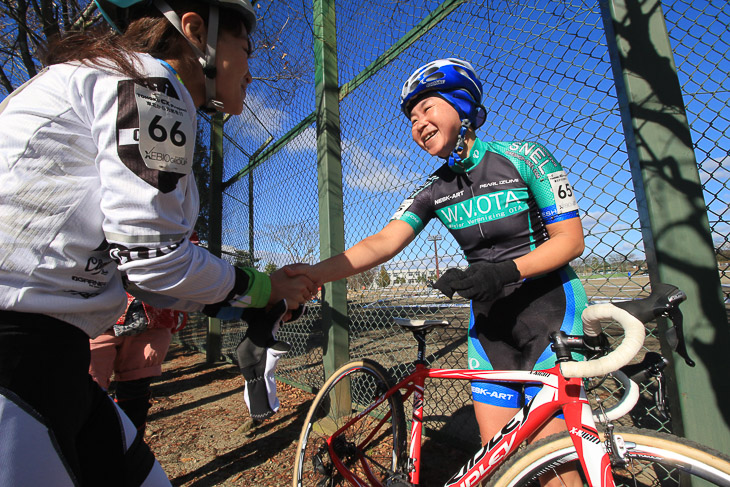 競り合った渡辺華史さんと健闘を讃え合う握手!