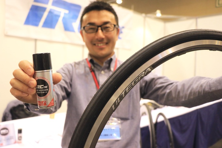 IRCの山田浩志さんが持つのは新登場のフォーミュラプロと、チューブレス専用の瞬間パンク修理剤、ファストリボーン