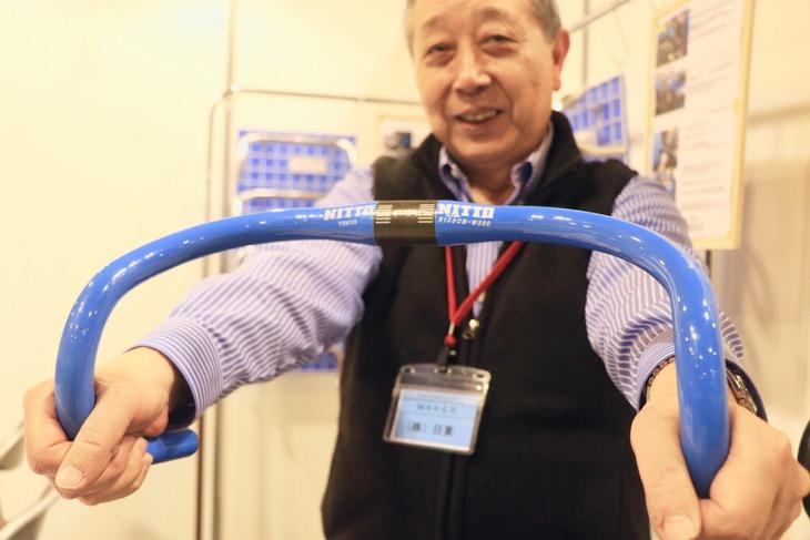 日東初のトラック用カーボンハンドルB123CB。東京オリンピックで目立つように、とコーポレートカラーのブルーで彩られる