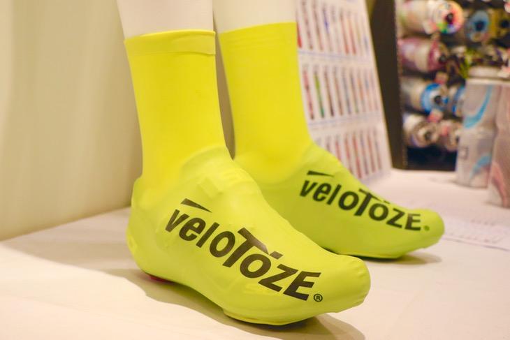 新たに取り扱いを開始するラテックス製のシューズカバー「veloToze(ヴェロトーゼ)」