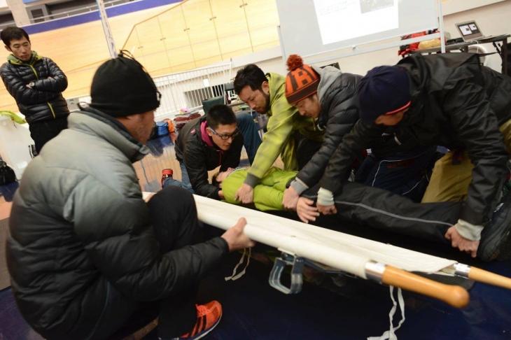 参加者もトレーニングして落車事故発生時の応急処置対応を学ぶ