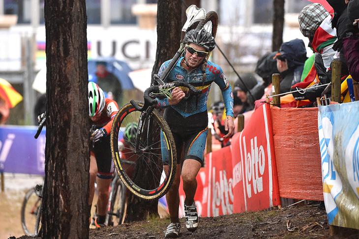 U23女子レースを走るフェムケ・ファンデンドリーシュ(ベルギー)