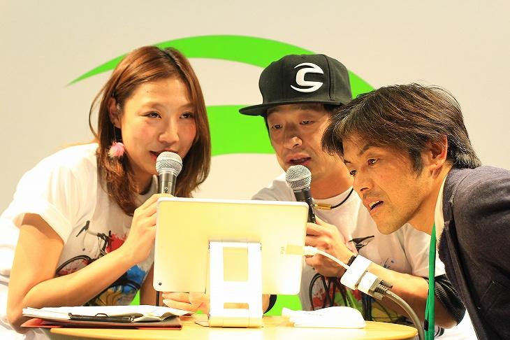 MCの片岡由衣さんと安田大サーカスの団長安田さん、そして急きょ壇上に呼ばれた宮澤崇史さんがカスタムラボを実演していた