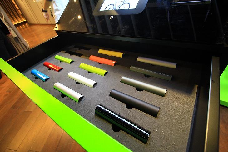 キャビネット型の什器にはサンプルカラーも収納され、実際のイメージを固めることもできる