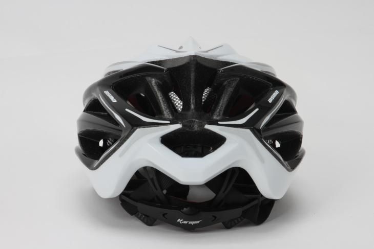 並べられた排気口によってヘルメット内の熱を逃がしてくれるはずだ