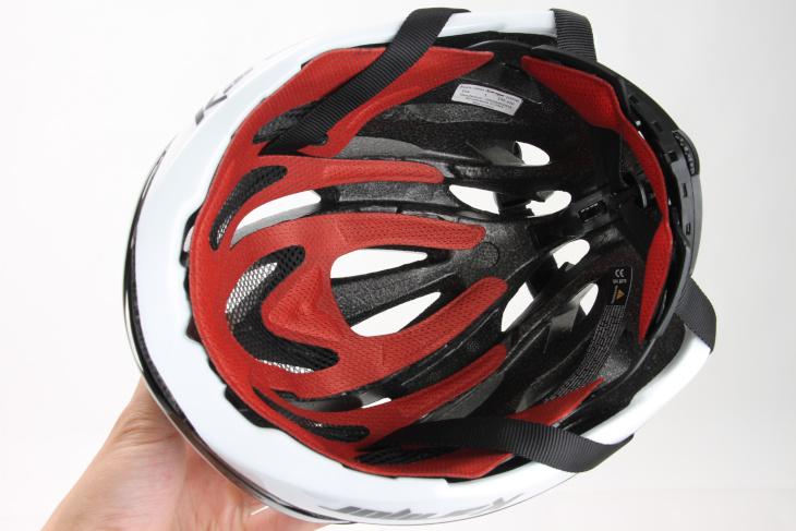 ヘルメット内部には溝を設け、通気性の向上を図った