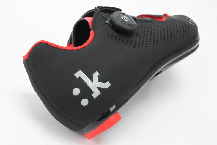 踵の「:k」ロゴはリフレクティブ仕様