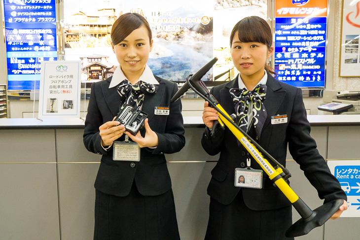 大分空港の総合案内所で貸し出してくれるフロアポンプと工具。輪行時にありがたいサービスだ