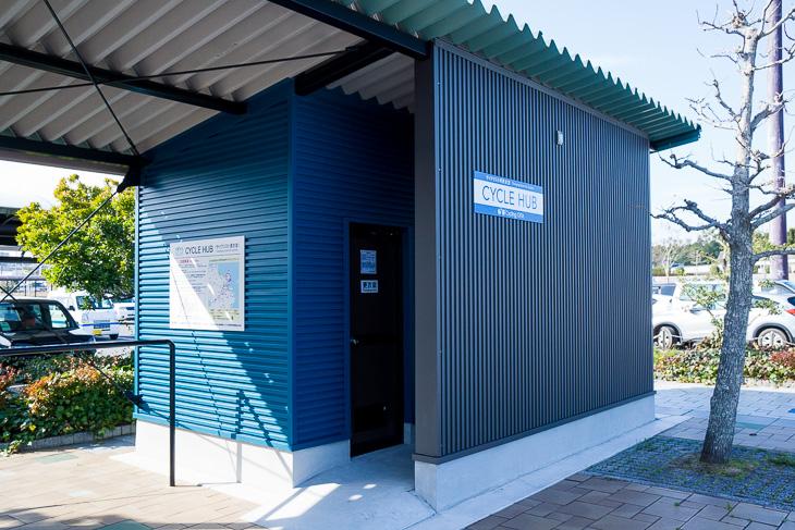 空港玄関を出てすぐの場所にある専用の更衣室とメンテナンススペース