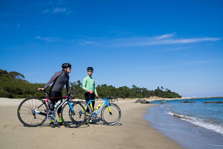 白い砂と青い海のコントラストを楽しめる黒津崎海岸。水の透明度も高かった