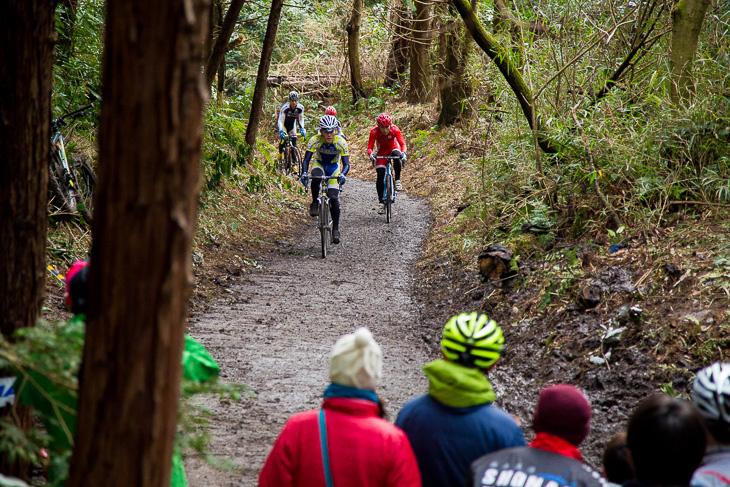 コースで唯一の舗装路も狭い上り坂