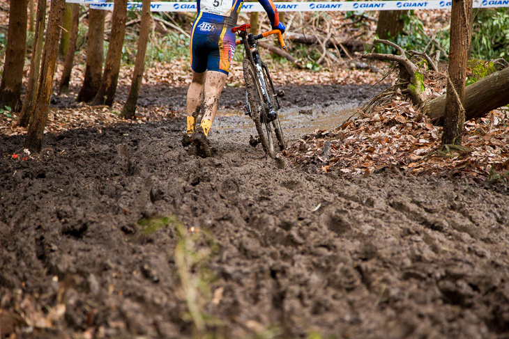 フカフカで深い泥区間は自転車から降りるしか術はなかった