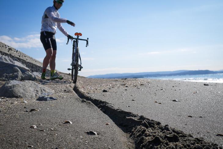 幅の広いタイヤは砂に埋まりにい...とはいえ深く柔らかい砂はチャレンジング