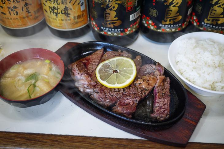 豪快なステーキ定食。ラーメンの予定をキャンセルした価値があった