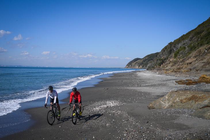 Cafe GROVEから磯根崎の海岸線はすぐそこ。東京から1時間半という距離を忘れさせる光景が広がった