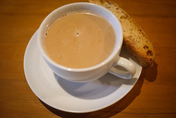 自然を満喫する空間でスペシャリティーコーヒーと、手作りのビスコッティ。