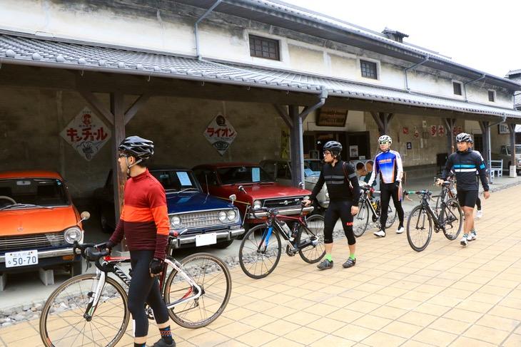 古き良き町並みを使った豊後高田市の「昭和の町」。昔懐かしの様々な展示品が迎えてくれた