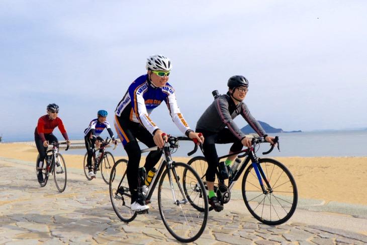 遠くに姫島を望む海岸線。石畳に気分はフランドルクラシックレース?