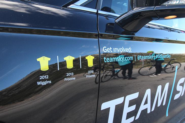 チームカーの脇には獲得したマイヨ・ジョーヌが描かれていた