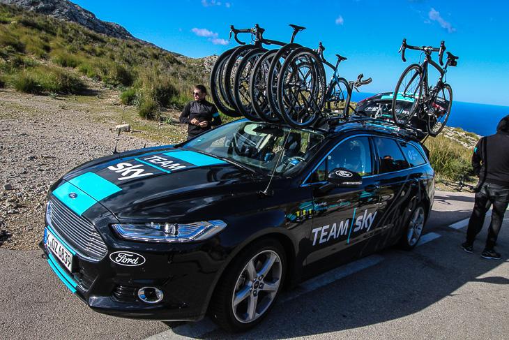 チームスカイの今年度のサポートカーはフォード製となる