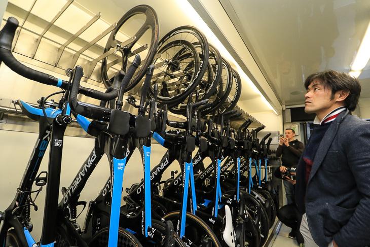 整然とバイクが並ぶチームスカイのメカニックトラック内部
