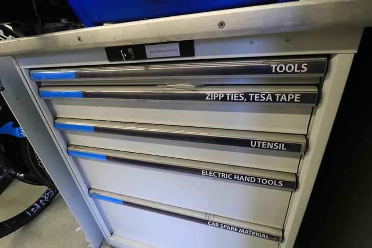 ツールが収められたスライド式ケース。几帳面な様子が見て取れる