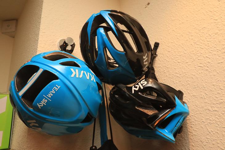 カスク製ヘルメット、PROTONEとMOJITOを使い分ける(写真はホテル内の保管室)