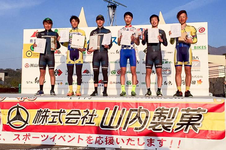 右から3番目が新メンバーの加藤達也。タイムトライアル、ヒルクライムを得意とする