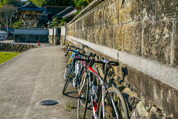 ふらっと自転車を止めて、鄙びたお寺で小休止