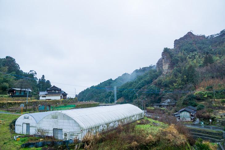 集落が点々と続く国東半島の内陸。切り立った岩肌がこの地の特徴だ