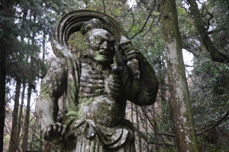 両子寺の山門にはこの地方最大級の石造の仁王像が