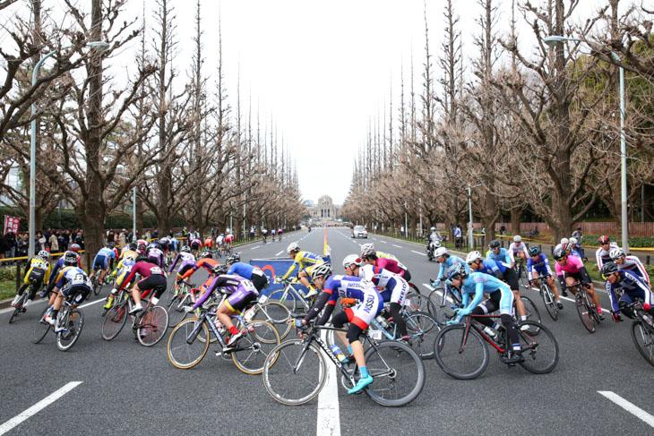 神宮クリテリウム名物銀杏並木の折り返し: photo:Hideaki.Takagi