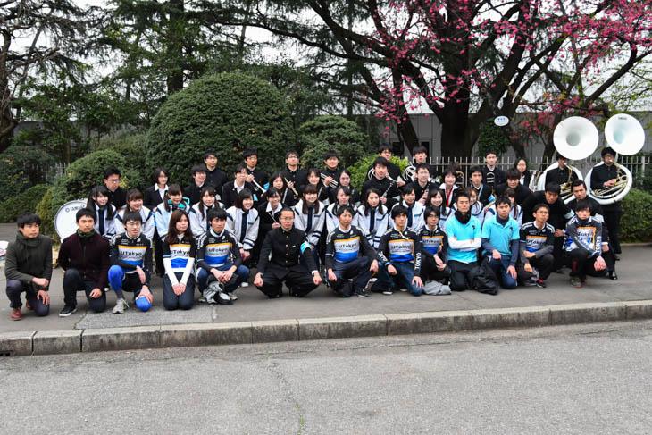 東京大学の選手と応援団が終了後に記念撮影