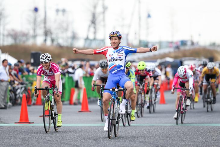 E1-2 集団スプリントで勝利した藤岡徹也(クラブシルベスト)