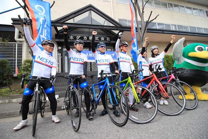 山崎会長の「頑張るぞ!」の発声でサイクリングが始まる