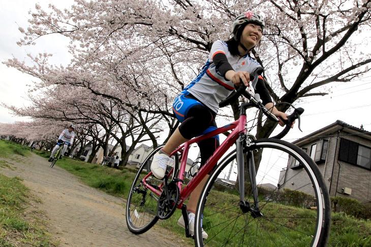 笑顔でサイクリングを楽しむ佐藤怜那さん