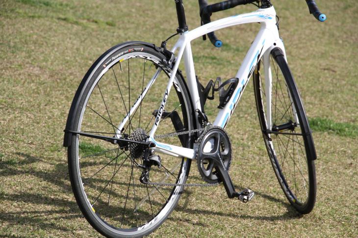 ロードバイクに取り付けても違和感の少ないデザインが特徴だ