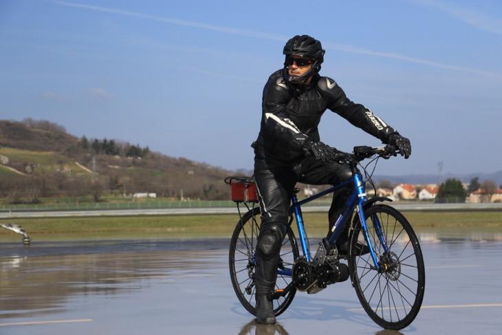 テストに向かうライダー。ペダリング時の荷重移動を踏まえてバイクは電動仕様になっている