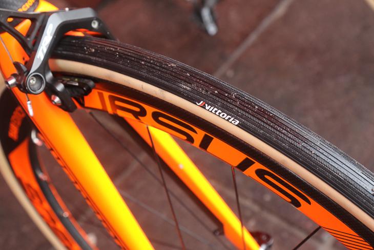 市販品にはないトレッドパターンをもつヴィットリアのプロトタイプタイヤ