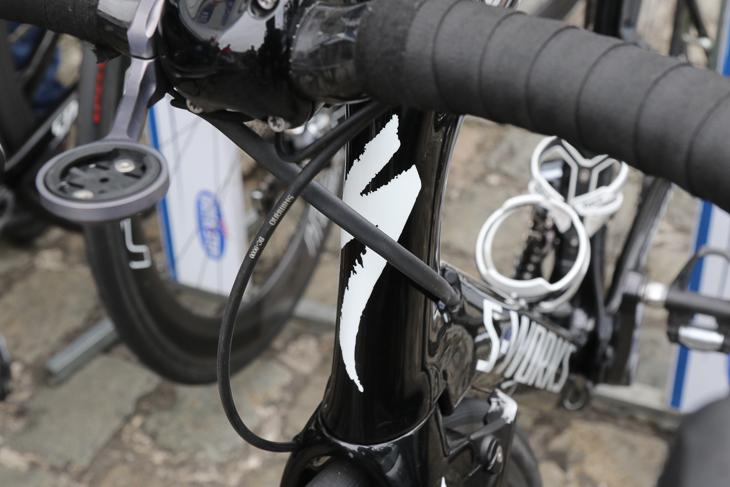 ハンドル周りのワイヤーを外出しとしたチーム供給専用フレームを使用