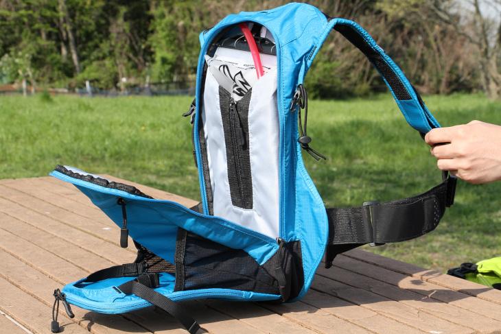 ハイドレーションパックが収納されるメインの荷室にも予備チューブやタオル等を入れることができる