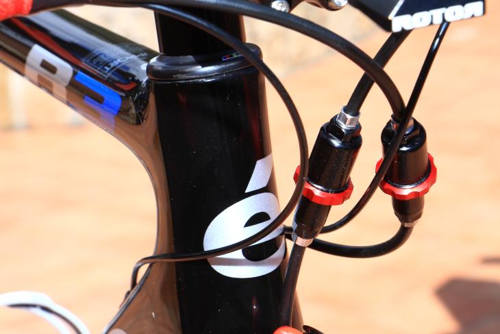 ケーブルはブレーキ用が5mm径、シフト用が3mm径。既存のフレームに追加工無しで内蔵できる