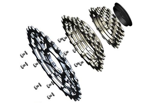 スプロケットはローター製。3ピース構造をとり、トップ側とセンターがスチール製、ロー側がアルミ製だ